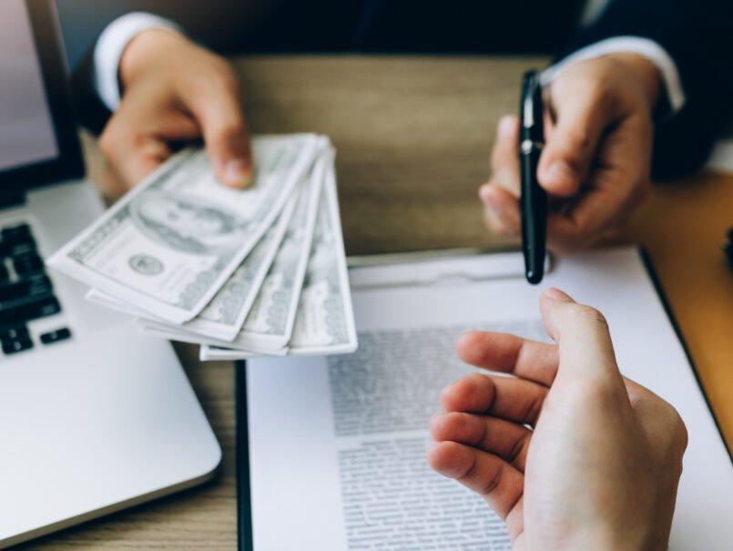 Konzept des Finanzbetrugs, Nutzung von KYC bei der Anbahnung von Finanzkriminalität.